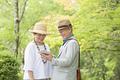 タイトル:タブレットPCを見るシニア夫婦