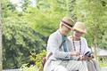 タイトル:スマホを見るシニア夫婦