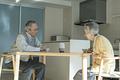 タイトル:AIスピーカーに話しかける老夫婦