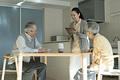 タイトル:ホームヘルパーの問診を受ける老夫婦