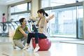 タイトル:バランスボールで運動するシニアの女性