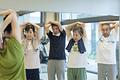 タイトル:ストレッチ体操をするシニア