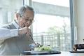 タイトル:食事を摂るシニアの男性