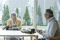 タイトル:食事を摂る老夫婦
