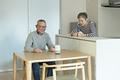 タイトル:AIスピーカーが気になる老夫婦