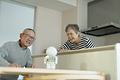 タイトル:コミュニケーションロボットに話しかける老夫婦