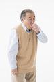 タイトル:咳をするシニアの男性