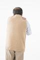 タイトル:肩が痛むシニアの男性