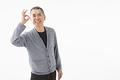 タイトル:OKサインを出すシニアの男性