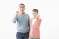 タイトル:ガッツポーズをするシニアのカップル