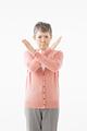 タイトル:バツ印を作るシニアの女性