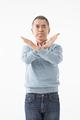 タイトル:バツ印を作るシニアの男性