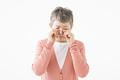 タイトル:泣いているシニアの女性