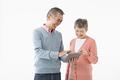 タイトル:タブレットを操作するシニアのカップル