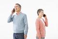 タイトル:スマートフォンで話すシニアのカップル
