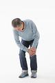 タイトル:膝が痛むシニアの男性