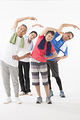 タイトル:ストレッチをするシニアの男女4人