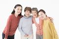 タイトル:肩を組むシニアの女性4人