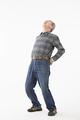 タイトル:腰を伸ばすシニアの男性