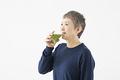 タイトル:青汁を飲むシニアの女性