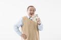 タイトル:紙幣を持つシニアの男性