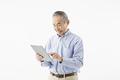 タイトル:タブレットを操作するシニアの男性