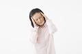 タイトル:頭が痛いシニアの女性