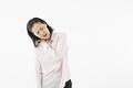 タイトル:肩が痛むシニアの女性