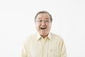 タイトル:笑顔のシニアの男性