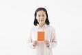 タイトル:年金手帳を持つシニアの女性
