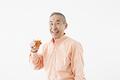 タイトル:ジュースを持つシニアの男性