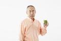 タイトル:青汁を飲んだシニアの男性