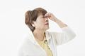 タイトル:目が疲れたシニアの女性