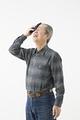 タイトル:汗を拭うシニアの男性