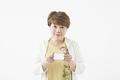 タイトル:身分証明書を提示するシニアの女性