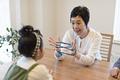 タイトル:孫とあやとりをするおばあちゃん