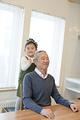 タイトル:おじいちゃんの肩をたたく孫