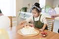 タイトル:ケーキを作る女の子