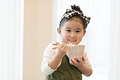 タイトル:ご飯を頬張る女の子