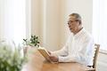 タイトル:読書をする年配の男性