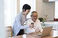 タイトル:ノートパソコンでビデオチャットを楽しむ老夫婦