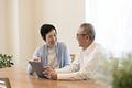 タイトル:タブレットPCを使う老夫婦