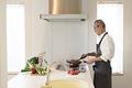 タイトル:シニア男性の調理シーン