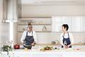 タイトル:料理を作る老夫婦
