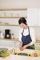 タイトル:調理しているシニアの女性