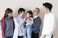 タイトル:三世代家族のイメージ
