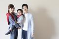 タイトル:母親に抱きつく娘とその祖母