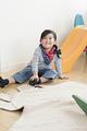 タイトル:子供部屋で遊ぶ女の子