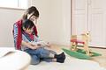 タイトル:絵本を読み聞かせる母親