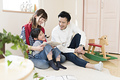 タイトル:絵本を読む親子3人